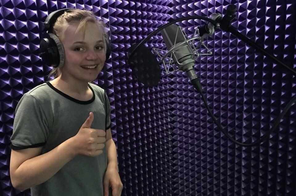 Nora Elise Olsen I studio for «Piratskattens hemmelighet»